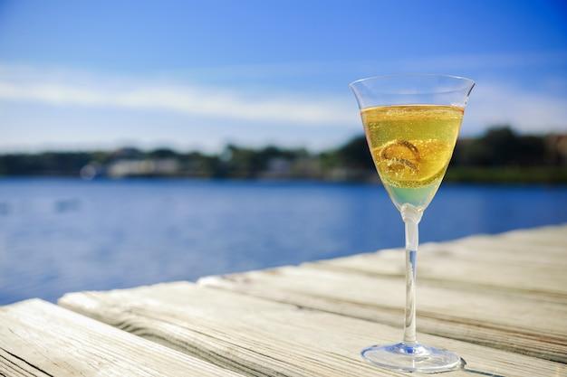 Anneaux de mariage dans un verre avec le champagne symbole de l'amour et du mariage