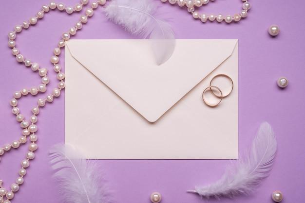 Anneaux de mariage élégants avec des perles sur la table