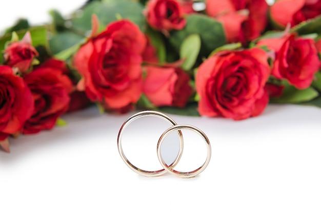 Anneaux de mariage et fleurs isolées