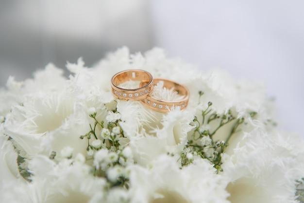 Anneaux de mariage sur une fleurs de tulipes blanches