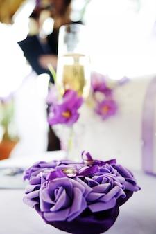 Anneaux de mariage sur fleurs violettes