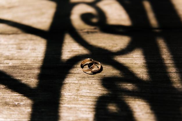 Anneaux de mariage sur un fond en bois