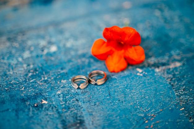 Anneaux de mariage sur fond texturé