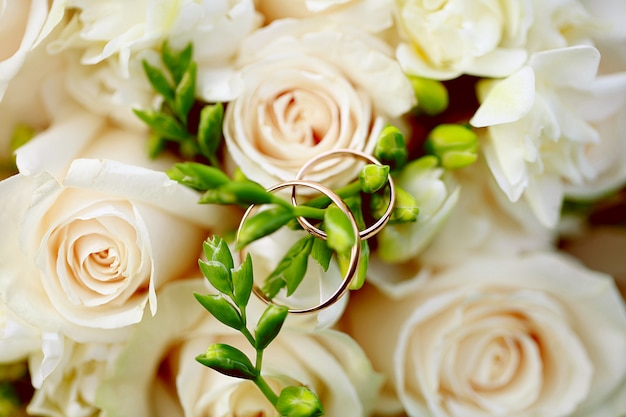 Anneaux de mariage gros plan sur le bouquet. décoration de mariage