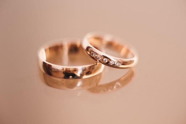 Anneaux de mariage de mariage sur une surface claire, mise au point sélective, macro