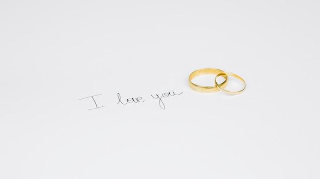 Anneaux de mariage avec un message romantique