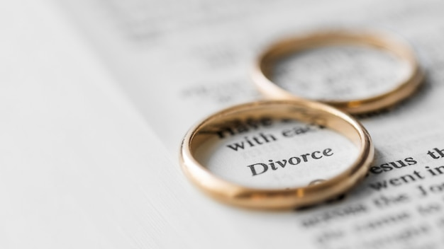 Anneaux de mariage sur morceau de papier