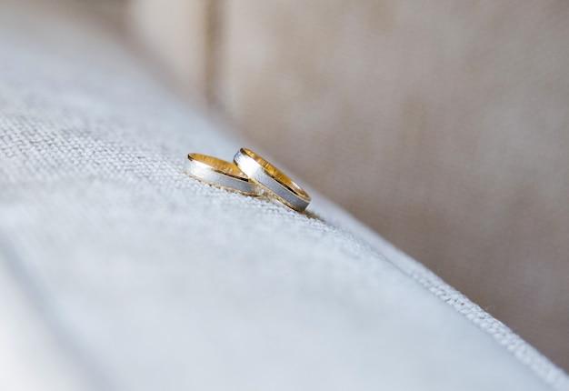 Anneaux de mariage en or blanc et jaune