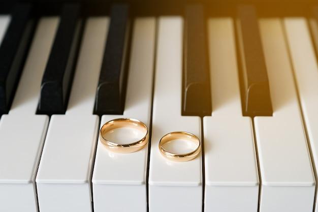 Anneaux de mariage en or sur le clavier du piano