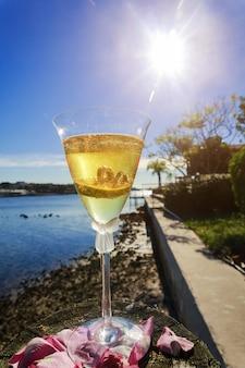 Anneaux de mariage en or dans un verre de champagne