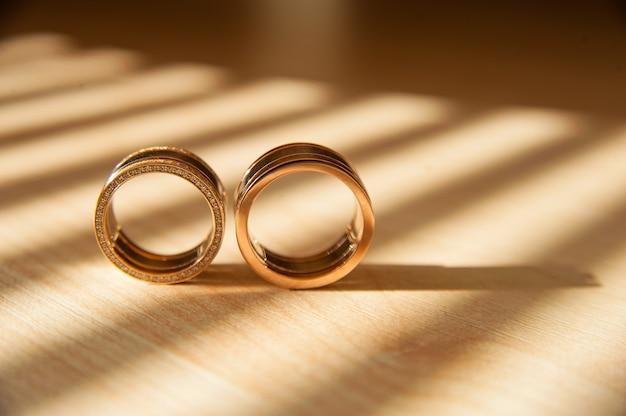 Anneaux de mariage d'or se bouchent