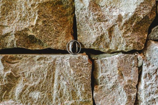 Les anneaux de mariage photographiés sans personne.
