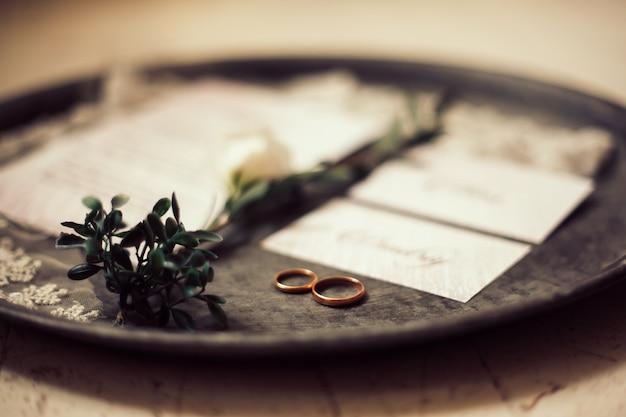 Anneaux de mariage sur un plateau en argent.