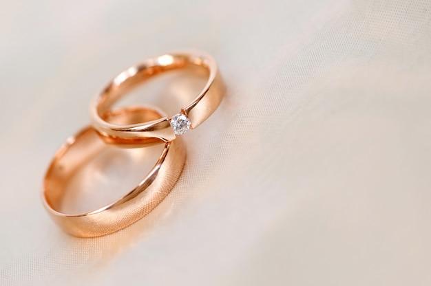 Anneaux de mariage pour les fiançailles des mariés