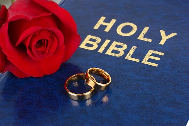 Anneaux de mariage avec rose sur bible