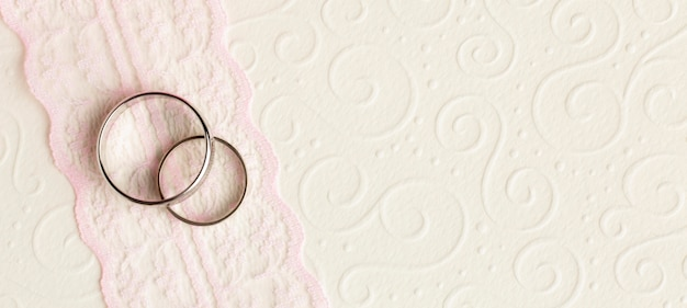 Anneaux de mariage et ruban de concept de mariage de luxe