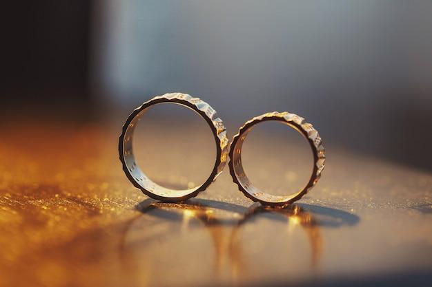 Anneaux de mariage en solo sur la table woden