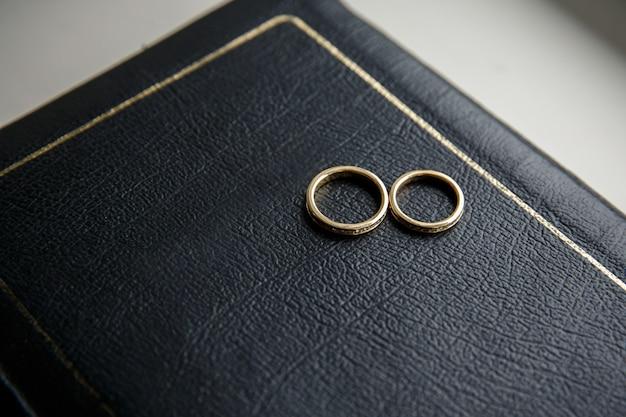 Les anneaux de mariage sont sur le livre de la bible
