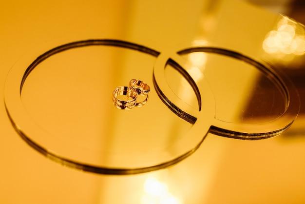 Anneaux de mariage sur un support dans des tons dorés. pour n'importe quel but.