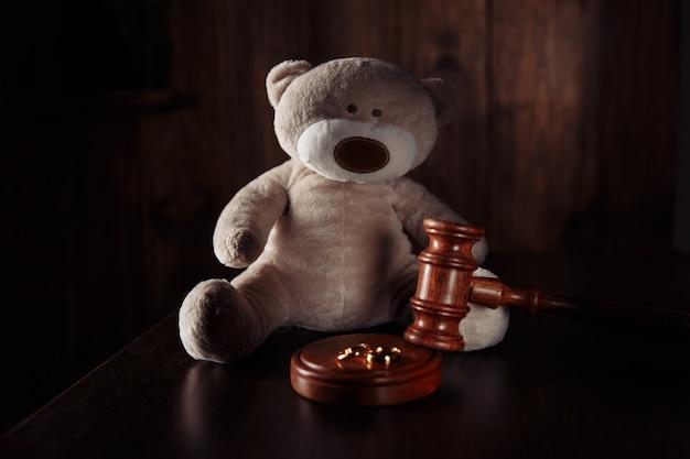 Anneaux de marteau en bois et ours en peluche comme symbole de la famille des enfants