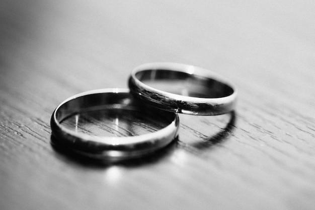 Anneaux des nouveaux mariés sur la table en noir et blanc