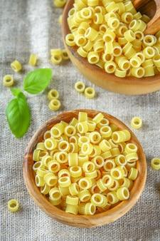 Anneaux de pâtes macaronis ditalini. tubettini et dés à coudre anellini. fermer.