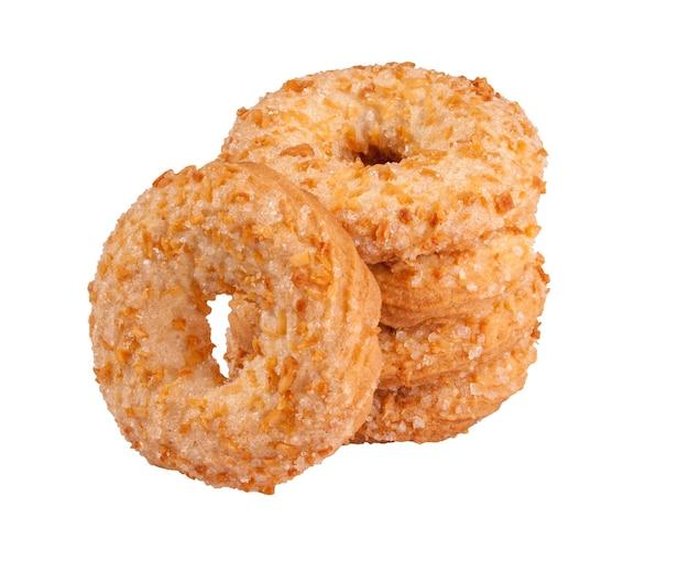 Anneaux sablés avec du sucre et des miettes de cacahuètes isolés sur blanc