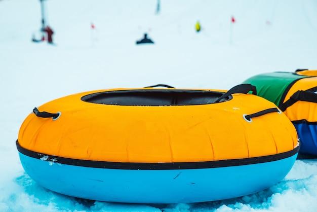 Anneaux de tubes de neige se bouchent. colline sur fond. loisirs d'hiver en famille