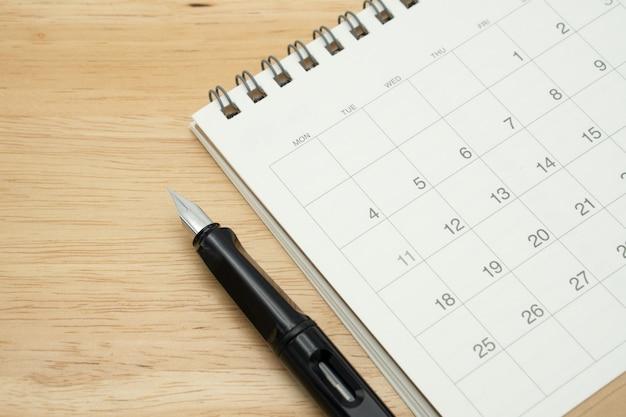 L'année sur calendrier et stylo plume.