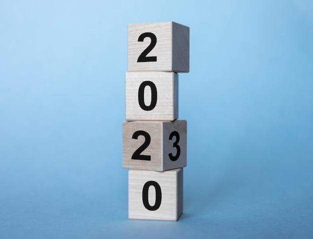 Et des années sur des cubes en bois sur fond bleu clair