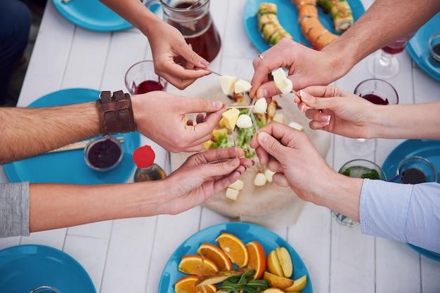 Anniversaire d'amis lors d'un pique-nique. émotions positives.