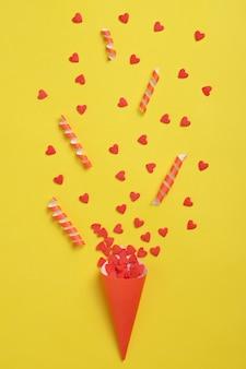 Anniversaire. candy en forme de coeur. motif sur fond jaune. vue de dessus