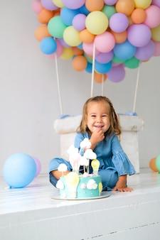 Anniversaire fille heureuse d'avoir un gâteau d'anniversaire