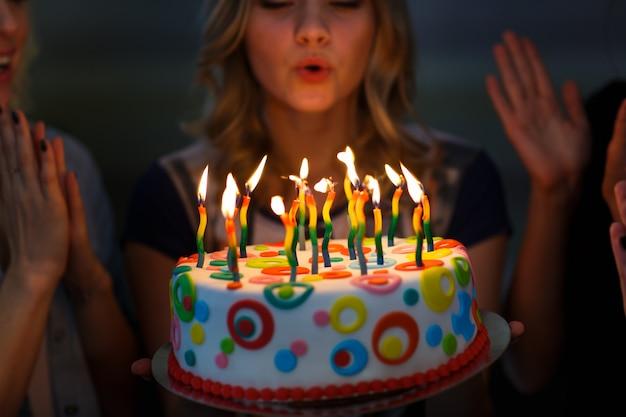 Anniversaire. filles avec un gâteau avec des bougies.