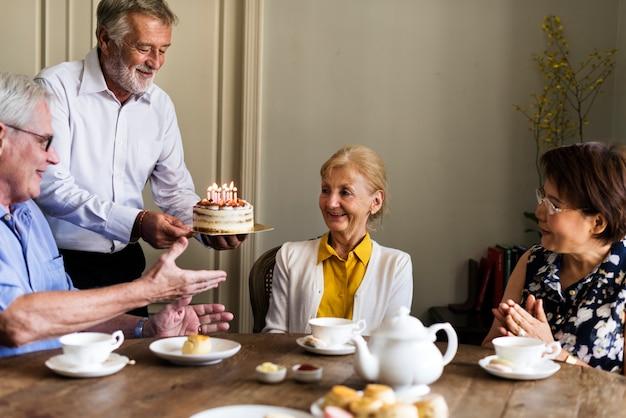 Anniversaire de gâteau de célébration de vie senior