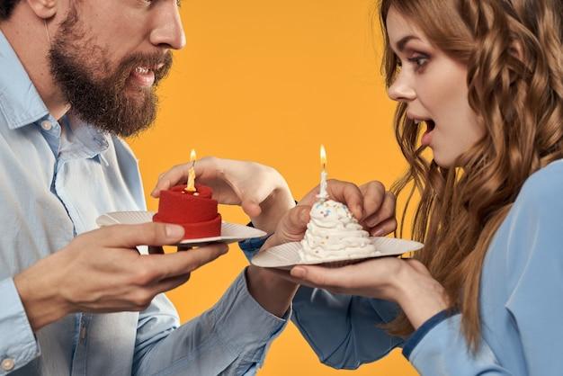 Anniversaire homme et femme avec petits gâteaux et bougies