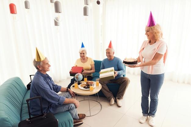 Anniversaire d'une personne âgée. un homme âgé fête son anniversaire.
