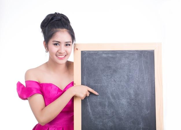 Annonce, jeune femme tenant un tableau vierge pour insérer du texte à l'intérieur.