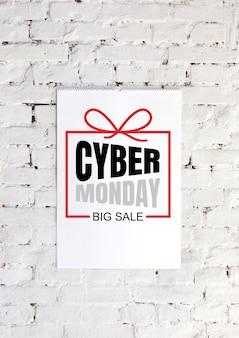 Annonce de lettrage cyber monday sur fond de mur de briques blanches. copyspace, espace négatif pour votre publicité. vendredi noir, vente, finance, publicité, argent, finance, concept d'achats.