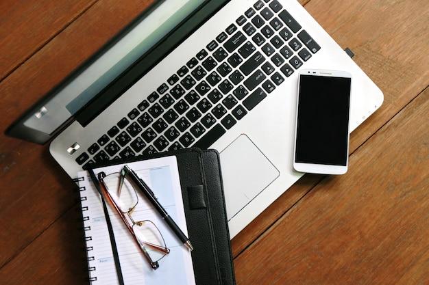 Annuaire téléphonique portable sur une table en bois