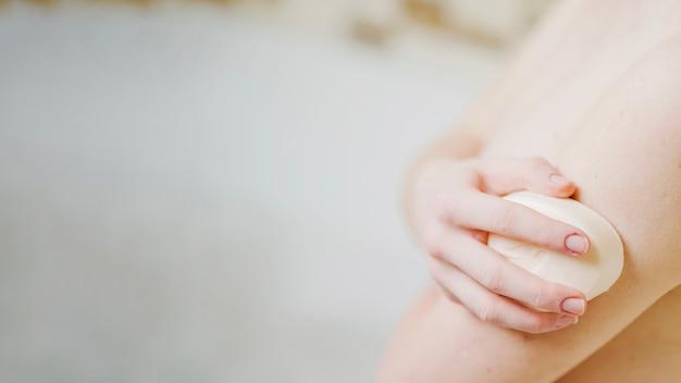 Anonyme fille se laver avec du savon