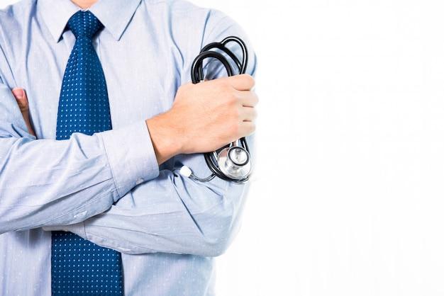 Anonyme homme médecin tenant stéthoscope debout avec les bras croisés
