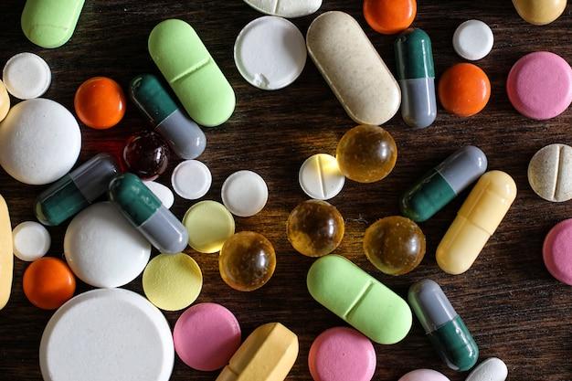 Antécédents médicaux de divers médicaments colorés sur un bois texturé