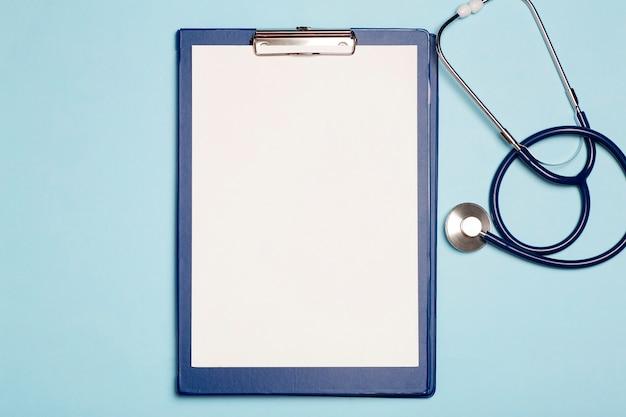 Antécédents médicaux. tablette vierge blanche sur la table médicale à l'hôpital.