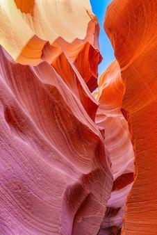 Antelope canyon est un canyon à sous dans le sud-ouest américain. c'est sur la terre navajo à l'est de page, en arizona. etats-unis.