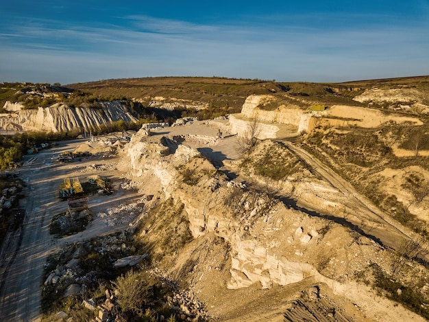 Antenne de carrière de pierre. machinerie lourde travaillant au qaurry en pierre.