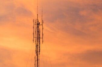 Antenne avec ciel coucher de soleil