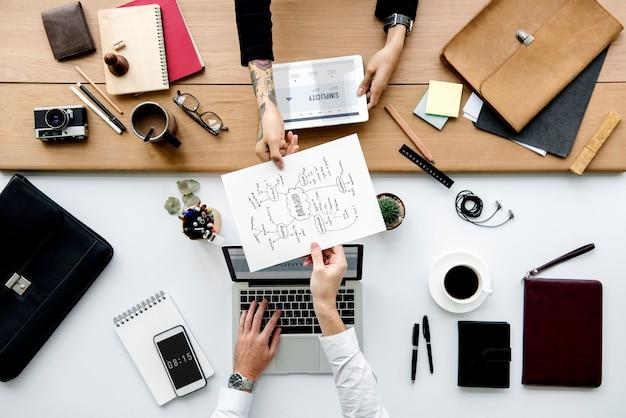 Antenne de collègues partageant la fiche de travail
