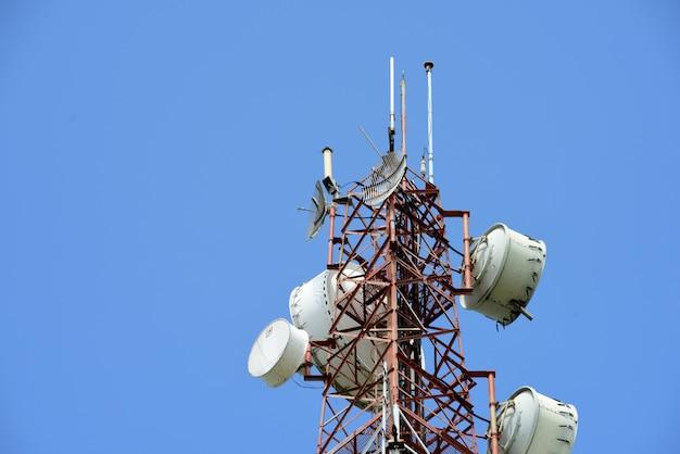 Antenne de communication sans fil avec ciel lumineux.