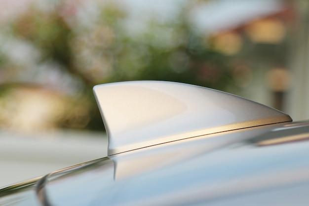 Antenne gps en forme d'aileron de requin sur une voiture
